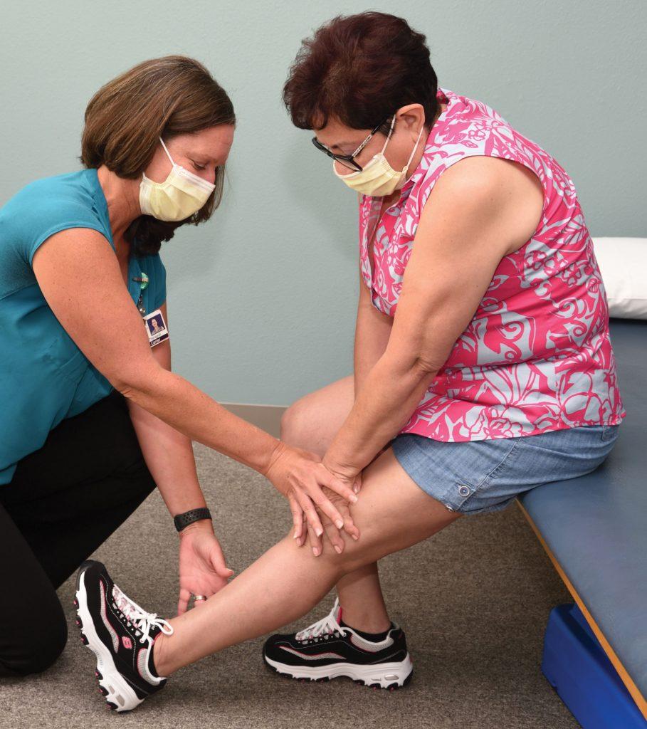 Monica evaluates the condition of Beatriz left knee.